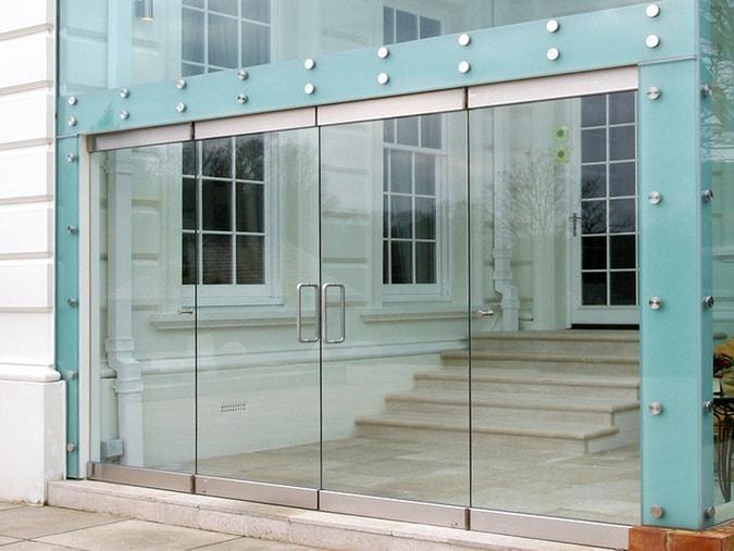Dostoinstva stekljannyh majatnikovyh dverej