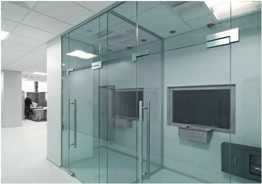 Stekljannye majatnikovye dveri