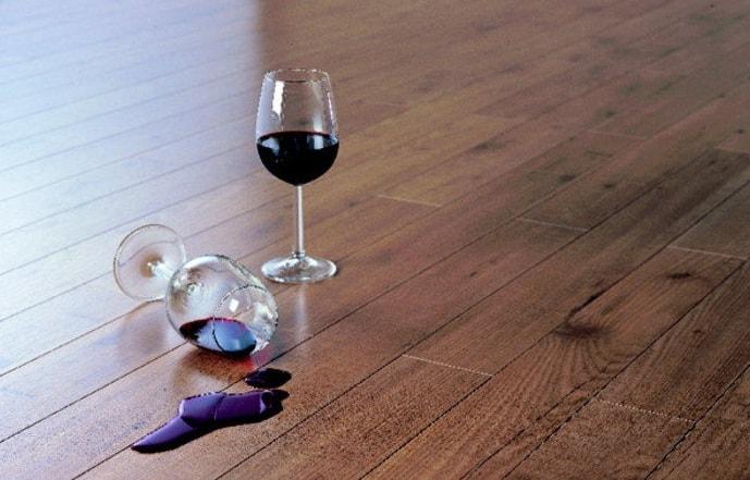 bokal vina na laminate
