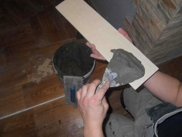 nanesenie kleja na plitku