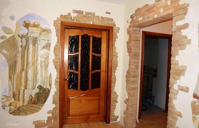 otkos vhodnoj dveri dekorativnym kamnem