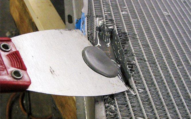 Клеим радиатор холодной сваркой